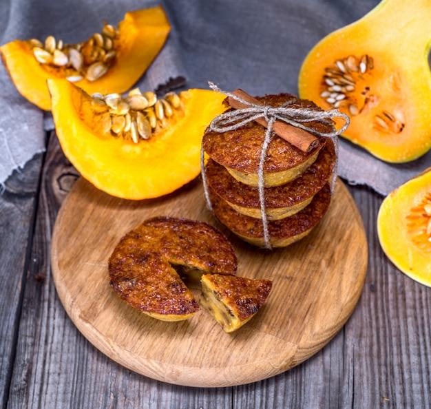 Muffins à la citrouille sur une planche de bois Photo Premium