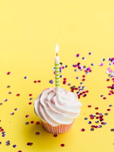 Muffins et confettis d'anniversaire simples à angle élevé Photo gratuit