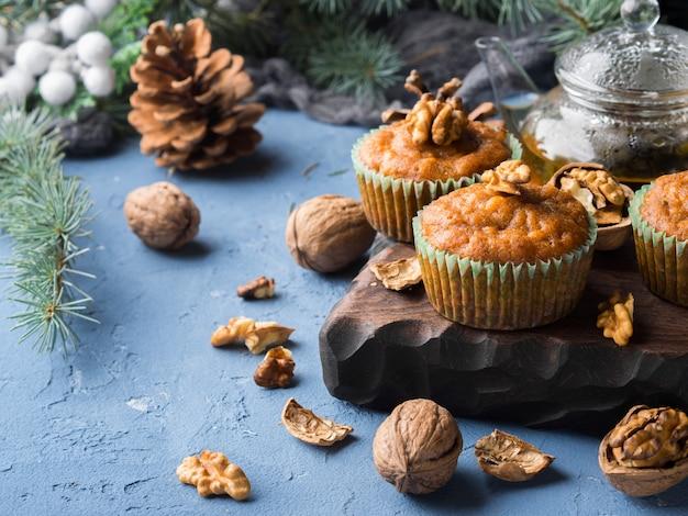 Muffins épicés aux carottes d'hiver et aux noix Photo Premium