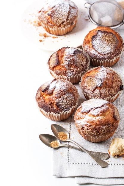 Muffins Faits Maison Sur Blanc Photo Premium