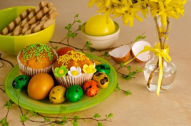 Muffins de pâques décorés avec des pépites, oeufs de caille de pâques colorés Photo Premium