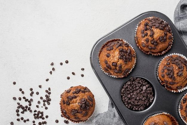 Muffins Sur Une Plaque à Pâtisserie Et Pépites De Chocolat Photo gratuit