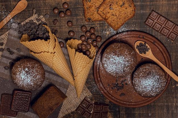 Muffins vue du dessus avec pépites de chocolat Photo gratuit