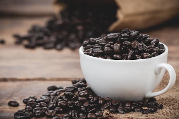 Mug Blanc Avec Grains De Café Photo gratuit