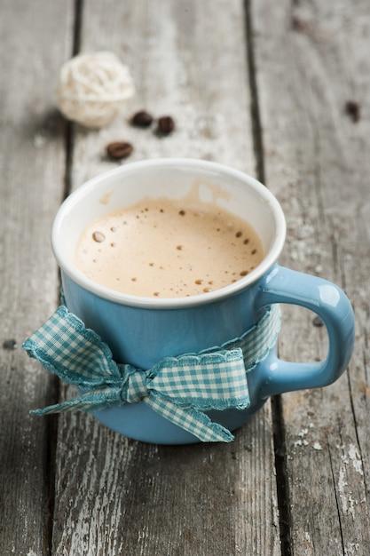 Mug cappuccino sur table en bois Photo Premium