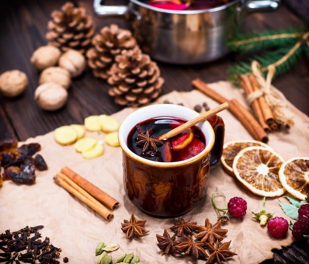Mug en céramique avec un vin chaud alcoolisé Photo Premium