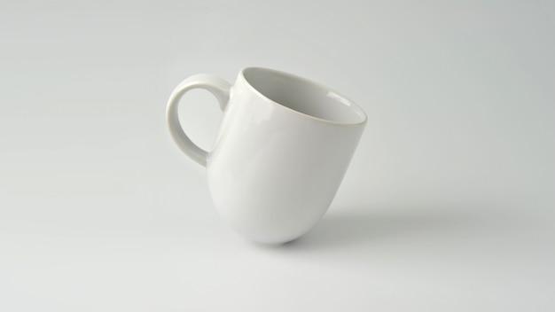Mug, maquette de tasse de café blanc sur fond blanc. Photo Premium