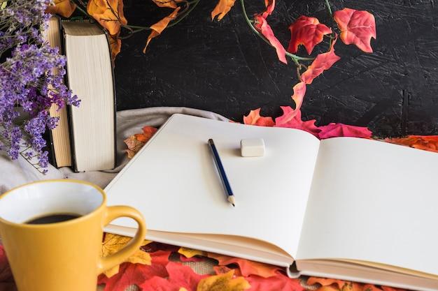Mug près des fournitures scolaires sur les feuilles Photo gratuit