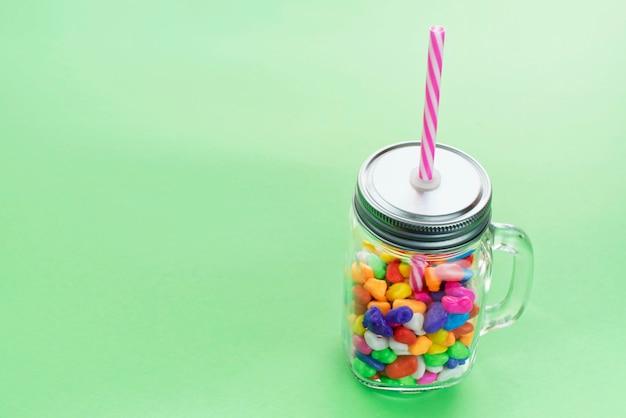 Mug en verre de cocktail au caramel sucré pour une fête. Photo Premium