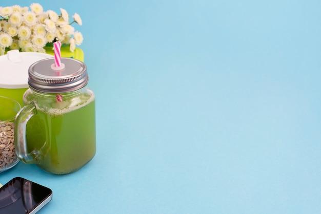 Mug en verre avec un tube avec des smoothies frais. Photo Premium