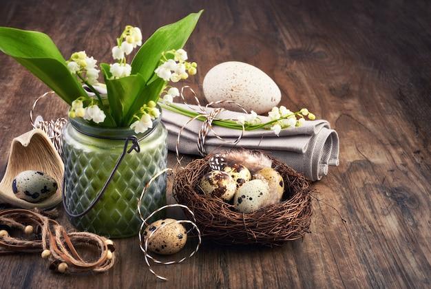Muguet et décorations de pâques en vieux chêne Photo Premium