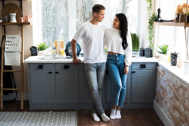 Multiracial, jeune couple, debout, dans, cuisine Photo gratuit