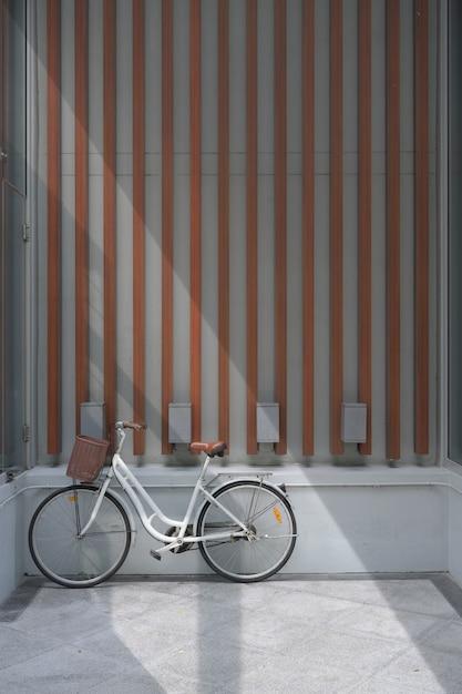 Mur de béton et de bois avant vélo rétro. Photo Premium