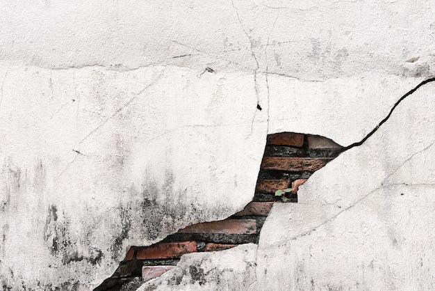 Mur de béton fissuré recouvert de ciment gris comme arrière-plan. Photo Premium