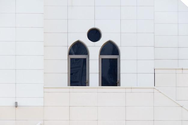 Mur Blanc Avec Des Fenêtres Cintrées, Détail De L'extérieur Du Bâtiment, Géométrie Urbaine, Espace Copie. Fond D'architecture De Style Minimal Abstrait. Photo Premium