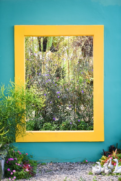Mur Bleu Avec Carré Jaune Avec Décor De Jardin De Plantes Ornementales Et Fleurs Photo Premium