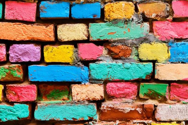 Mur De Briques En Ruine Peint En Différentes Couleurs. Photo Premium