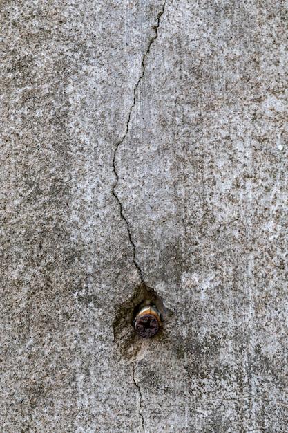 Mur grung fissuré à cause de la mise au point superficielle de clous. Photo Premium