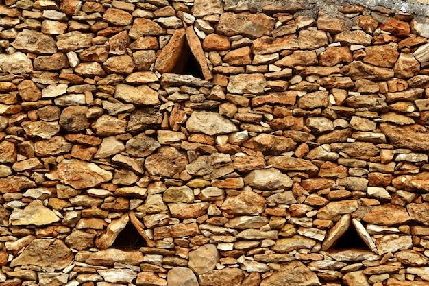 Mur de pierre maçonné triangle fenêtres formentera Photo Premium