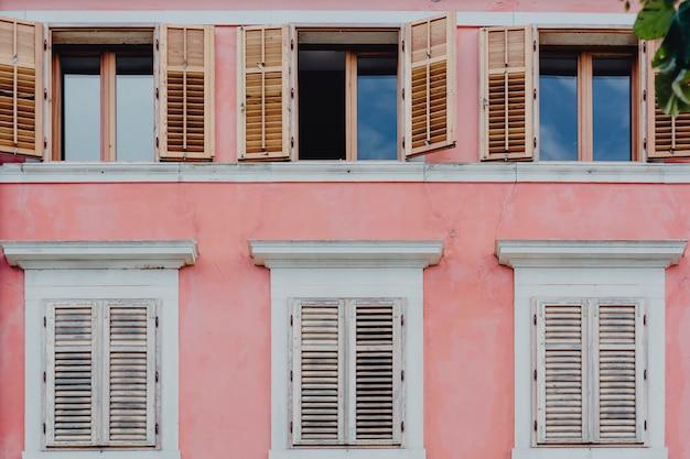 Mur rose et fenêtres blanches Photo gratuit
