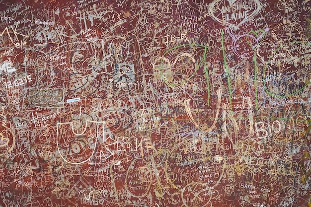 Mur Sale Avec Des Graffitis Photo gratuit