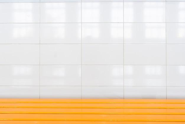 Mur de salle de bain avec de grands carreaux blancs Photo gratuit