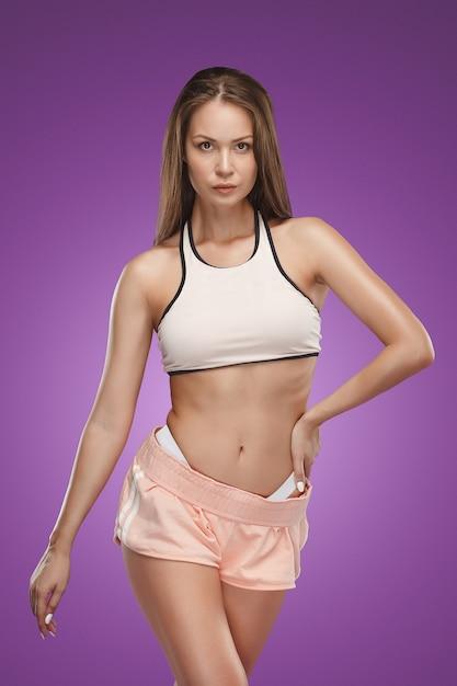 Musclé Jeune Athlète Féminine Posant Photo gratuit