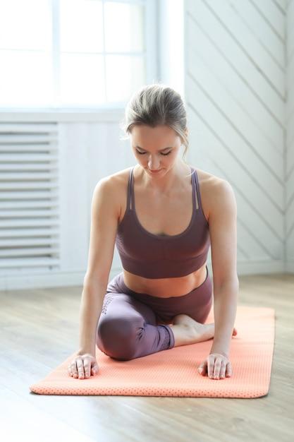 Muscles Des Jambes Qui S'étirent Dans Le Centre De Yoga Photo gratuit