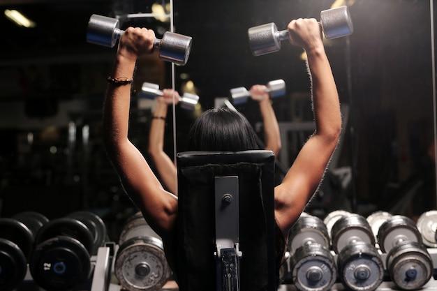 Musculaire belle femme dans une salle de sport Photo gratuit