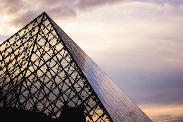 Musée Du Louvre Au Coucher Du Soleil Photo gratuit