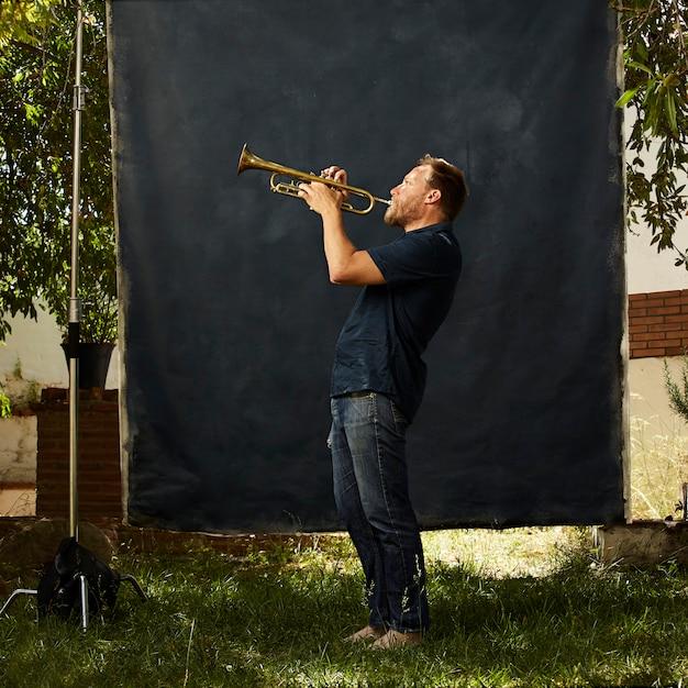 Musicien Concentré Jouant De Son Instrument Photo gratuit