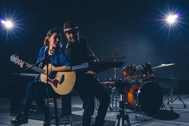 Musicien duo en train de chanter une chanson et de jouer de la musique avec des musiciens du groupe fellow Photo Premium