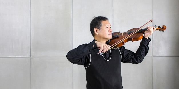 Musicien jouant du violon dans le salon, détendez-vous. Photo Premium