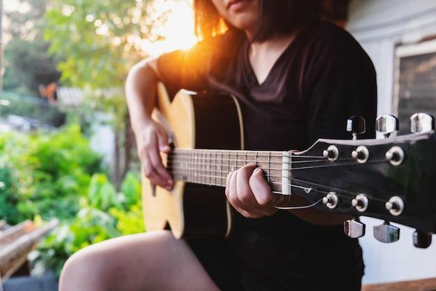Musicien jouant de la guitare classique Photo Premium
