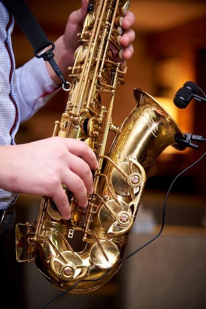 Le musicien joue de la musique jazz au saxophone. Photo Premium