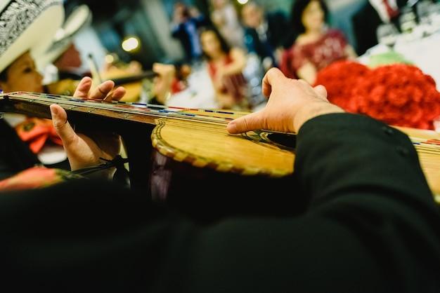 Musicien mexicain avec sa trompette et ses guitares Photo Premium