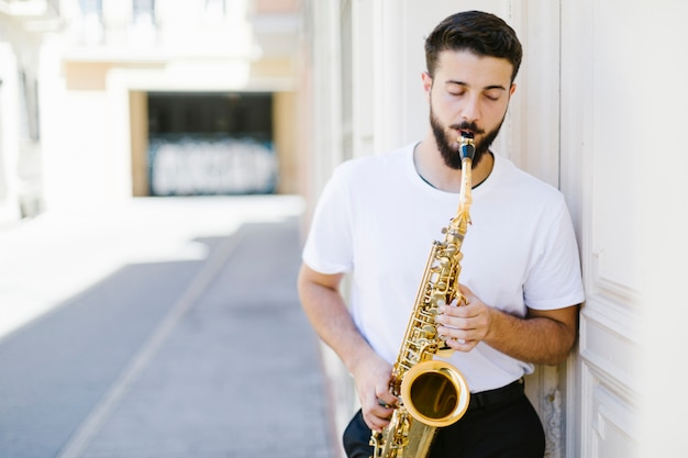 Musicien vue de face sur la rue Photo gratuit
