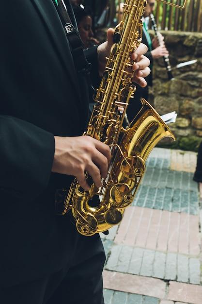 Musiciens jouant du saxo et du hautbois dans la rue Photo Premium