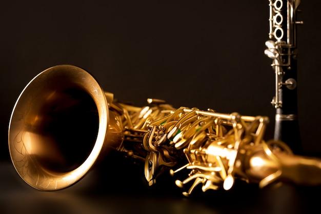 Musique classique saxophone ténor et clarinette en noir Photo Premium