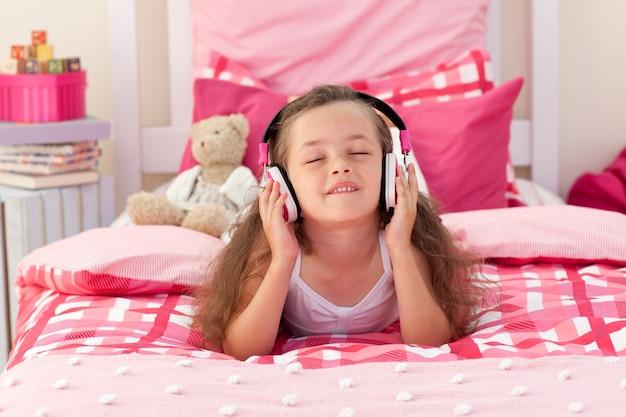 Musique écoute jolie fille avec un casque Photo Premium