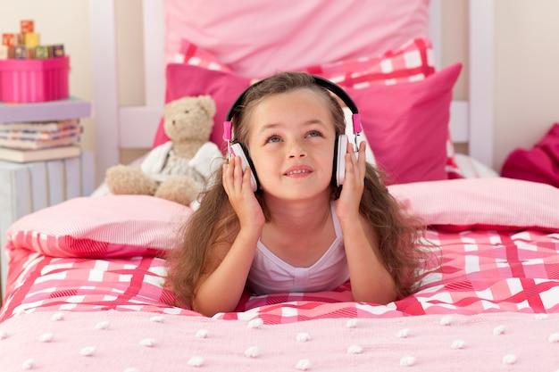 Musique écoute jolie fille dans la chambre Photo Premium