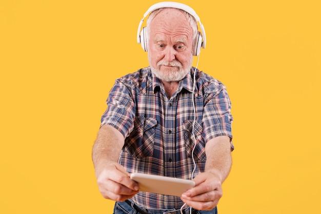 Musique à Faible Angle D'écoute Senior Photo gratuit