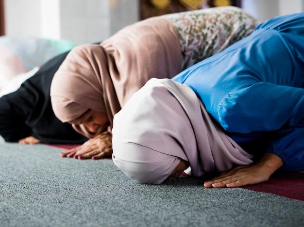 Musulman priant dans la posture de sujud Photo Premium