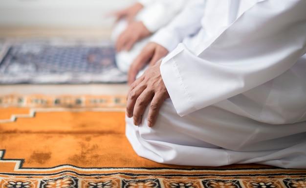 Musulman priant dans la posture de tashahhud Photo Premium