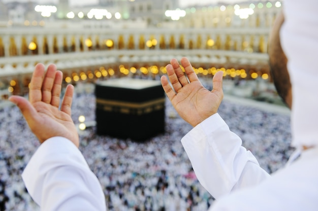 Musulman Priant à La Mecque Avec Les Mains Photo Premium