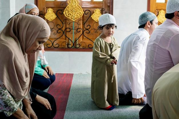 Musulman priant à la mosquée Photo Premium