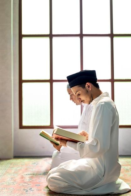 Musulmans, lecture, coran Photo Premium