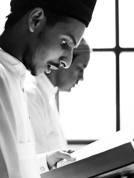Musulmans lisant du coran Photo gratuit