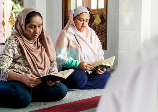 Les musulmans lisant du coran Photo Premium