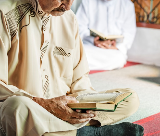 Musulmans lisant du coran Photo Premium